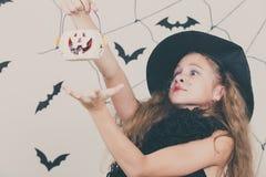 Muchacha feliz en el partido de Halloween Fotos de archivo