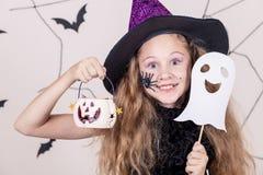 Muchacha feliz en el partido de Halloween Fotografía de archivo