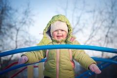 Muchacha feliz en el puente en patio Foto de archivo libre de regalías