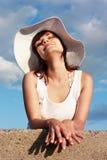 Muchacha feliz en el sombrero blanco Fotografía de archivo