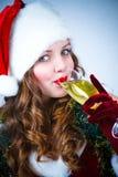 Muchacha feliz en el sombrero de Papá Noel con champán fotografía de archivo