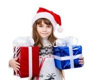 Muchacha feliz en el sombrero rojo de santa que sostiene las cajas de regalo Aislado en pizca Fotografía de archivo libre de regalías