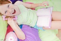 Muchacha feliz en el teléfono Fotos de archivo libres de regalías