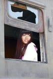 Muchacha feliz en el tren viejo Fotografía de archivo