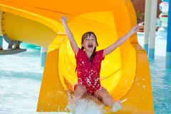 Muchacha feliz en el waterslide Foto de archivo