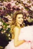 Muchacha feliz en flor rosado imagenes de archivo