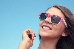 Muchacha feliz en gafas de sol. Fotografía de archivo libre de regalías
