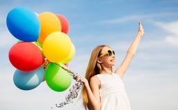 Muchacha feliz en gafas de sol con los balones de aire Fotografía de archivo