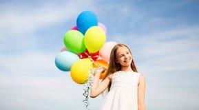 Muchacha feliz en gafas de sol con los balones de aire Foto de archivo libre de regalías