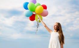 Muchacha feliz en gafas de sol con los balones de aire Fotos de archivo