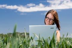 Muchacha feliz en hierba Foto de archivo libre de regalías