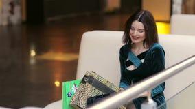 Muchacha feliz en la alameda que mira en un panier almacen de metraje de vídeo