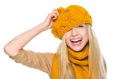 Muchacha feliz en la bufanda y el sombrero que se divierten Fotografía de archivo libre de regalías