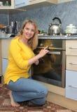 Muchacha feliz en la cocina Imagen de archivo libre de regalías