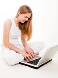 Muchacha feliz en la computadora portátil Fotografía de archivo libre de regalías