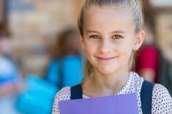 Muchacha feliz en la escuela primaria imagen de archivo