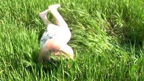 Muchacha feliz en la hierba almacen de metraje de vídeo