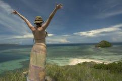 Muchacha feliz en la isla sola Fotos de archivo