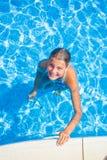 Muchacha feliz en la piscina Imagenes de archivo