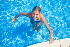 Muchacha feliz en la piscina Imágenes de archivo libres de regalías