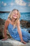 Muchacha feliz en la playa imagen de archivo