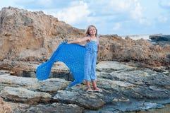 Muchacha feliz en la playa fotos de archivo