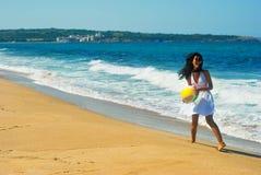 Muchacha feliz en la playa Imágenes de archivo libres de regalías