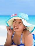 Muchacha feliz en la playa en Tailandia Imagen de archivo