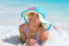 Muchacha feliz en la playa en Tailandia Imagen de archivo libre de regalías