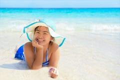 Muchacha feliz en la playa en Tailandia Foto de archivo libre de regalías