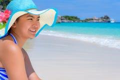 Muchacha feliz en la playa en Tailandia Fotografía de archivo