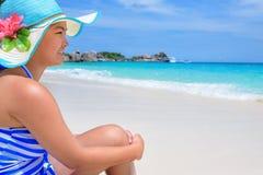 Muchacha feliz en la playa en Tailandia Fotografía de archivo libre de regalías