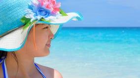 Muchacha feliz en la playa en Tailandia Imagenes de archivo