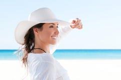 Muchacha feliz en la playa tropical imagen de archivo