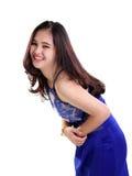 Muchacha feliz en la risa azul del vestido aislada Fotografía de archivo
