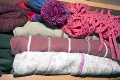 Muchacha feliz en la ropa caliente del invierno Imagen de archivo libre de regalías