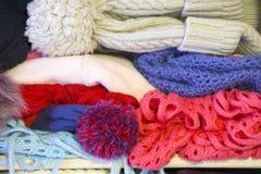 Muchacha feliz en la ropa caliente del invierno Fotos de archivo libres de regalías