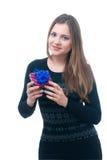 Muchacha feliz en la ropa casual que lleva a cabo el giftbox Imagenes de archivo