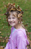 Muchacha feliz en las hojas. Fotos de archivo