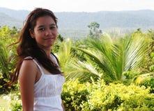 Muchacha feliz en las zonas tropicales Foto de archivo libre de regalías
