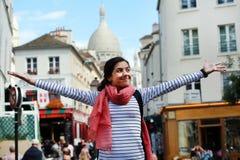 Muchacha feliz en Montmartre en París Imagen de archivo libre de regalías