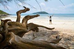 Muchacha feliz en orilla de mar azul en las vacaciones de verano, concepto en Foto de archivo libre de regalías