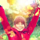 Muchacha feliz en otoño Fotografía de archivo