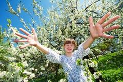 Muchacha feliz en parque del flor de la primavera Imágenes de archivo libres de regalías