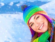 Muchacha feliz en parque del invierno Fotos de archivo libres de regalías