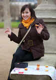 Muchacha feliz en París con la correspondencia turística Imagen de archivo libre de regalías