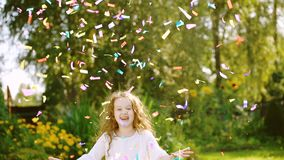 Muchacha feliz en partido del carnaval en al aire libre almacen de video
