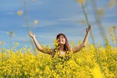Muchacha feliz en prado de la flor. Imagenes de archivo