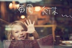 Muchacha feliz en restaurante Fotografía de archivo