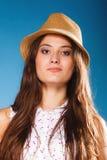 Muchacha feliz en ropa del verano y sombrero de paja Fotos de archivo libres de regalías